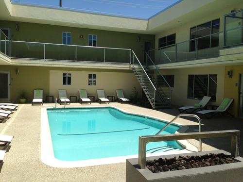 Featured hotel sleek new random haus resort in palm for Plush pad palm springs