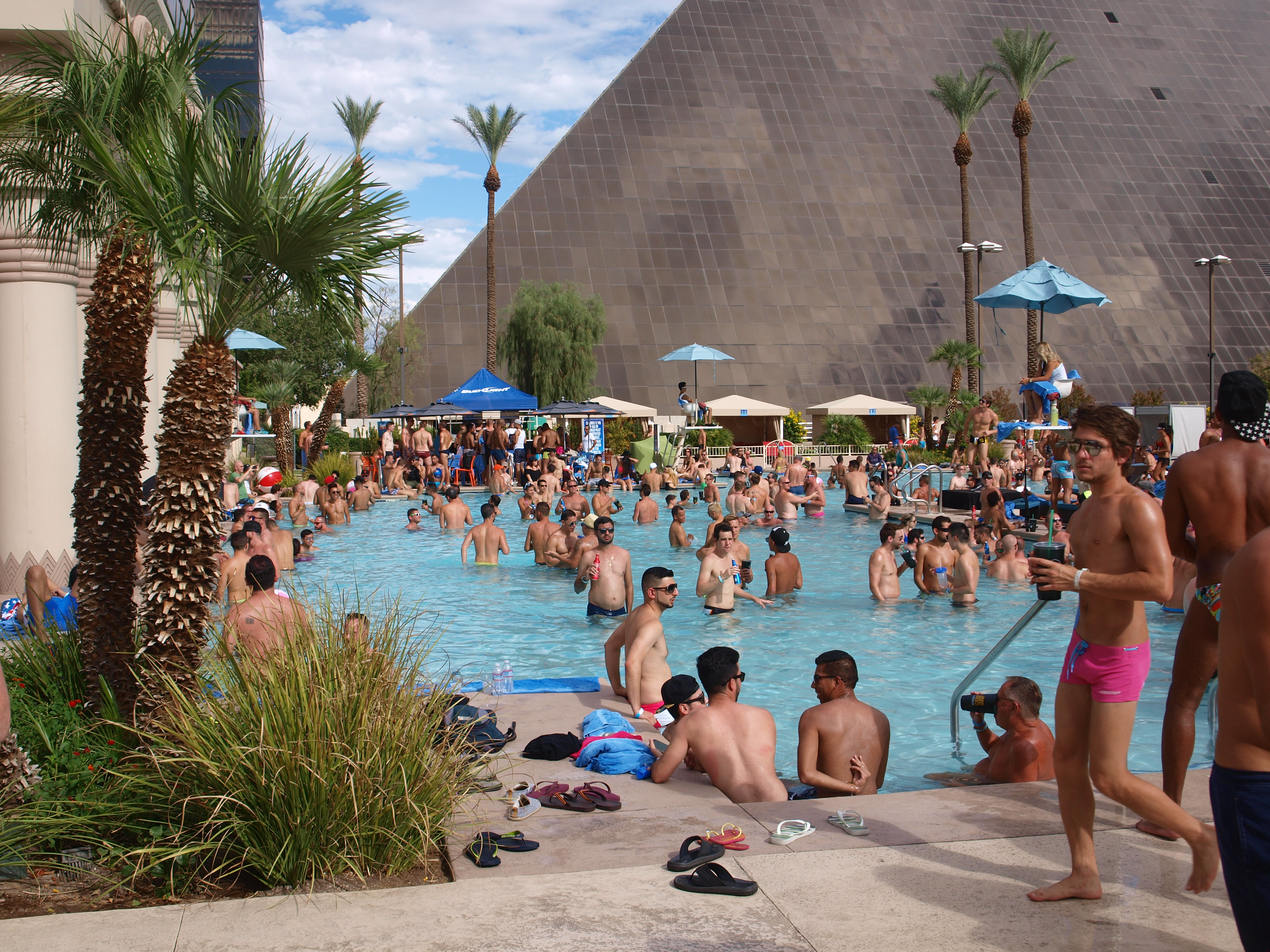 A showgirls obsession the luxor and a great gay pool for Pool spa patio show las vegas